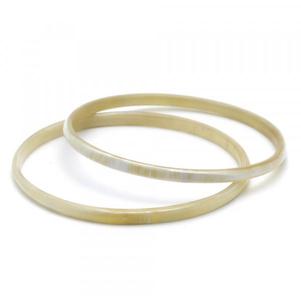 Armreifen - echtes Watussi-Horn - Breite 4 mm - Paar auf weiß